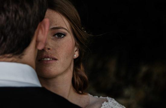 Shooting des mariés sur la plage de Nouméa en Nouvelle Calédonie, France. On voit uniquement la moitié du visage de la mariée.