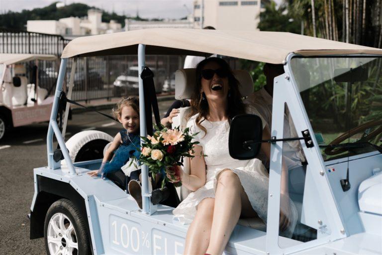 la mariée arrive à la mairie avec un grand sourire. Elle est accompagnée de sa fille, Mairie de Nouméa, Nouvelle Calédonie, France